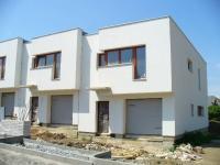 Cihlový řadový rodinný dům 4+kk o ploše 138m2 + garáž, na pozemku 185,8m2.