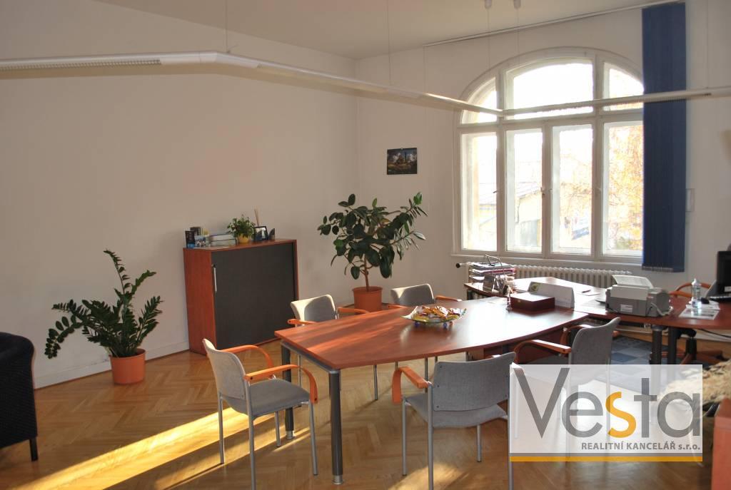 Kanceláře 230 m2 s parkováním  (celé patro administrativní vily)