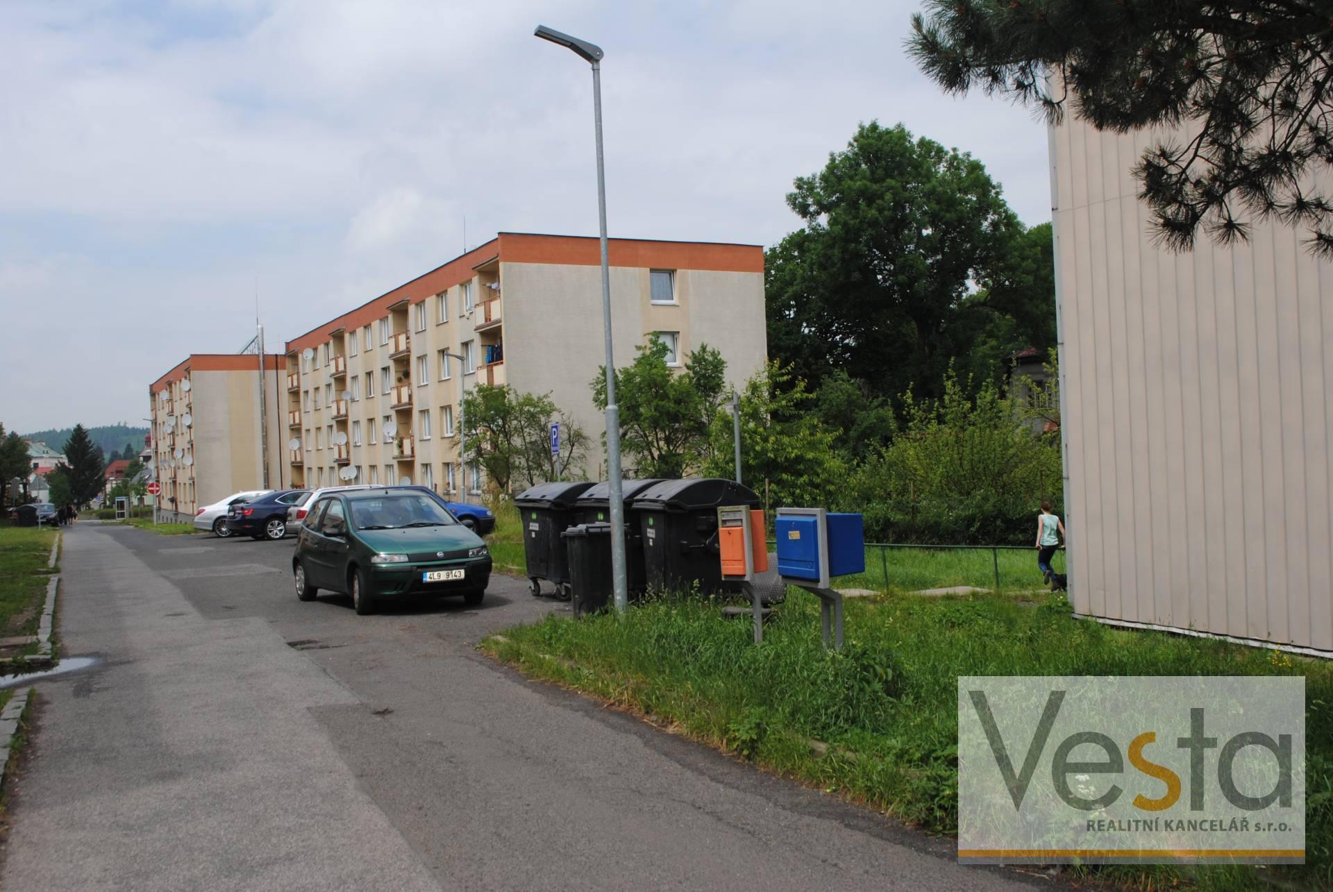 Dílna - garáž a pozemek k parkování u panelového domu