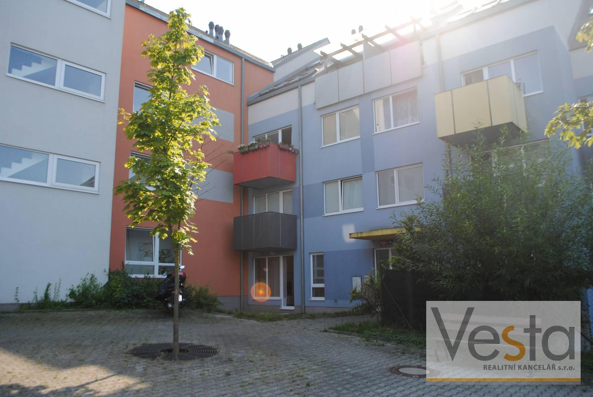 Prostorný byt 1+ KK se zahrádkou a garážovým stáním